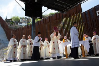 U.S. bishops celebrate Mass at border fence in Nogales, Arizona. (CNS photo/Nancy Wiechec)