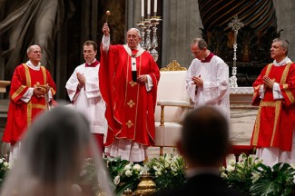 Pope Francis blesses new spouses while celebrating marriage rite for 20 couples. (CNS photo/Paul Haring)