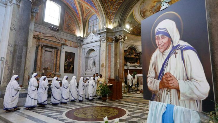 Missionaries of Charity receive communion in Rome prior to the canonization of Blessed Teresa of Kolkata. (CNS photo/Paul Haring)